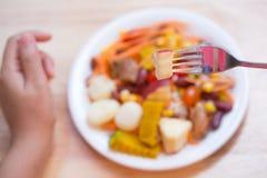 在盘的新鲜水果沙拉在木桌上 免版税库存照片