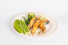 在盘的油煎的鱼与菜 免版税库存照片