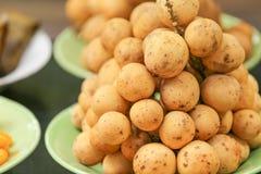在盘的泰国langsat果子 库存图片