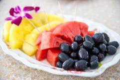 在盘的混杂的果子 免版税库存照片