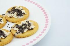 在盘的甜薄脆饼干 免版税库存图片