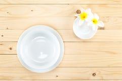 在盘的空白的碗和有花的一点碗 免版税库存图片