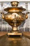 在盘的老俄国古铜色茶俄国式茶炊 免版税库存照片