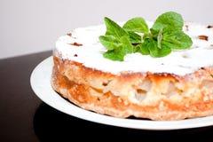 在盘的自创蛋糕在桌上 免版税图库摄影