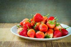 在盘的草莓 免版税图库摄影