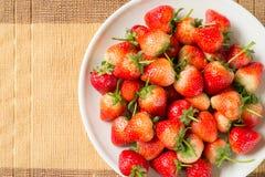 在盘的草莓 库存照片