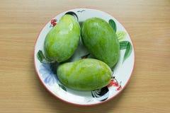 在盘的绿色芒果 图库摄影