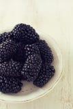 在盘的黑莓在白色背景 免版税图库摄影