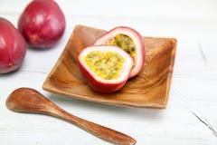 在盘的Passionfruit 免版税库存图片