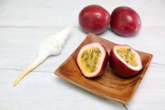 在盘的Passionfruit 免版税图库摄影