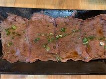 在盘背景的牛肉烧伤 库存照片