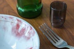 在盘边缘的指纹用一粒特别粉末盖 一块板材、一块玻璃、一个瓶和一把叉子的特写镜头与l 库存图片