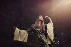 在盛夏梦想失去的神仙的妇女 免版税图库摄影