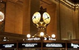 在盛大中央终端的金黄时钟 免版税库存照片