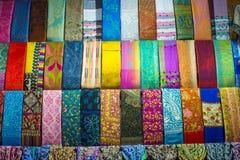 在盛大义卖市场的五颜六色的土耳其织品样品 库存照片