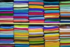 在盛大义卖市场的五颜六色的土耳其织品样品 免版税库存图片