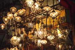 在盛大义卖市场的土耳其灯笼在伊斯坦布尔,土耳其 库存照片