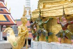 在盛大宫殿的泰国样式雕塑 库存照片