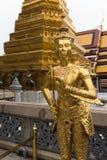 在盛大宫殿,曼谷的金黄Kinnari雕象 免版税库存照片