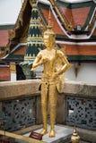 在盛大宫殿,曼谷的金黄Kinnari雕象 库存图片