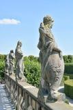 在盛大小瀑布顶部的雕象在Herrenhausen庭院里 免版税库存图片