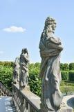 在盛大小瀑布顶部的雕象在Herrenhausen庭院里 免版税库存照片