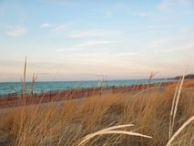 在盛大弯安大略加拿大的休伦湖海滩在冬天 免版税库存图片
