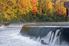 在盛大河,巴黎,加拿大的水坝在秋天 库存照片