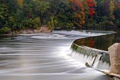 在盛大河,巴黎,秋天的加拿大的水坝 库存照片