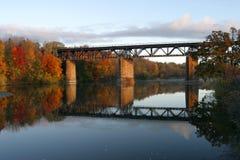 在盛大河,巴黎,秋天的加拿大的铁路桥 免版税库存图片