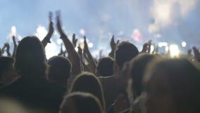 在盛大流行音乐音乐会的人claping的手 股票录像