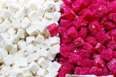 在盛大的土耳其桃红色和白色欢欣lokum 库存照片