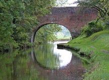 在盛大联合运河的一座被成拱形的桥梁在Lapworth在沃里克郡,英国 免版税图库摄影