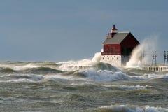 在盛大避风港灯塔的大波浪 库存图片