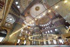 在盛大,美丽和老新的清真寺里面的人们 免版税库存照片