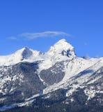 在盛大Tetons国家公园顽抗与小束的卷云吹的天花板的山在大提顿峰山脉在怀俄明 库存照片