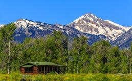 在盛大Tetons的孤零零原木小屋 免版税库存照片
