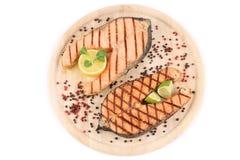 在盛肉盘的两块鲑鱼排。 免版税库存照片