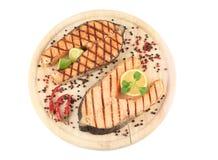在盛肉盘的两块鲑鱼排 免版税库存图片