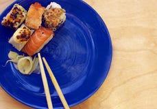 在盛肉盘的各种各样的寿司卷 免版税库存图片