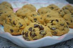 在盛肉盘的巧克力曲奇饼 图库摄影