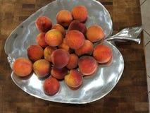 在盛肉盘的桃子 库存图片