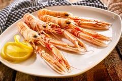 在盛肉盘的海螯虾贝类有柠檬切片的 免版税库存图片