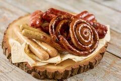 在盛肉盘的烤开胃香肠 免版税库存图片