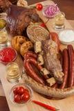 在盛肉盘的烤开胃香肠 Octoberfest传统食物 鲜美烤香肠,德国食物 可口 免版税图库摄影