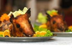 在盛肉盘的烤猪 免版税库存图片