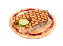 在盛肉盘的烤鲑鱼排 库存图片