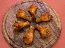在盛肉盘的烤鸡翼 图库摄影