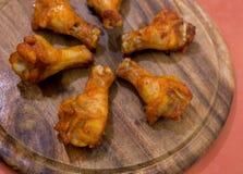 在盛肉盘的烤鸡翼 库存图片