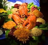 在盛肉盘的红色龙虾在服务桌 库存照片